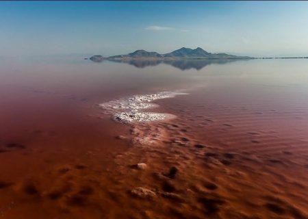 چرا آب دریاچه ارومیه قرمز شده است؟