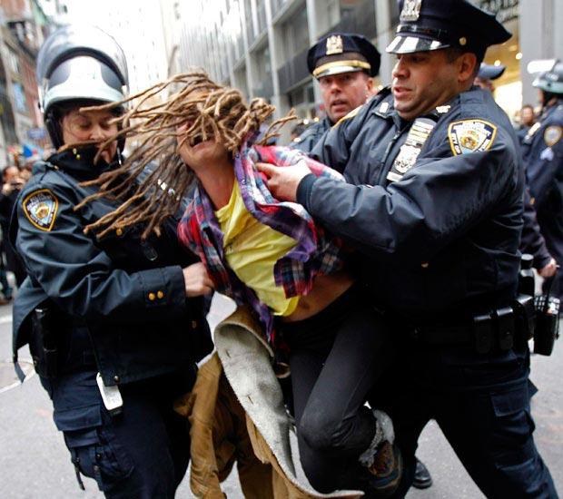 فیلم/ برخورد وحشتناک پلیس آمریکا با دختر ۱۴ ساله