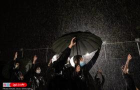 عکس/ باران رحمت الهی بر سر عزاداران حسینی